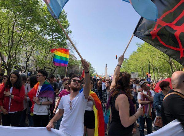 Pessoas desfilam na marcha do 25 de Abril, em 2016
